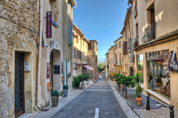 Street-in-Chateauneuf-du-Pape